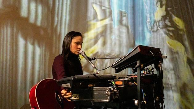Lenka Dusilová zahrála živě z kina s vizualizacemi.