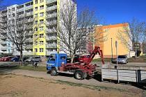 Technické služby se začátkem jara začaly s úklidem i opravami silnic.