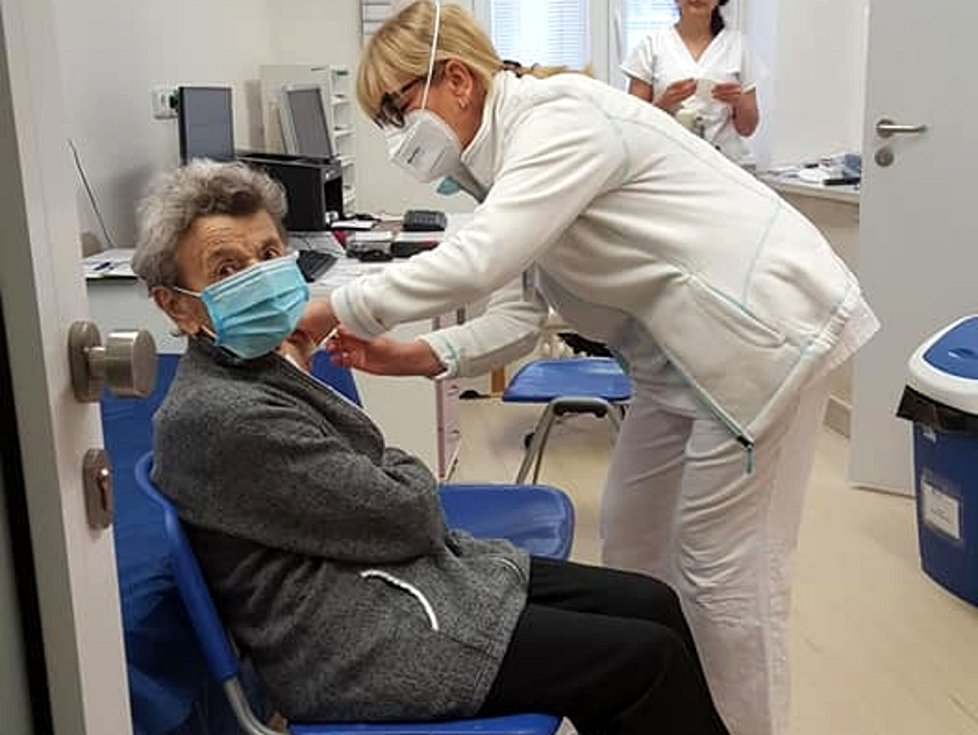 Očkování zatím probíhá v nymburské nemocnici.
