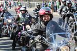 Zřejmě rekordní účast má letošní motorkářský sraz v Poděbradech, který každoročně na zahájení sezony pořádá Harley-Davidson Club Praha. Tentokrát se stroje nevešly na náměstí a kolonádu, takže pořadatelé je museli odklonit na náměstí T.G.M. a do všech při