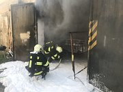 Ve Vyšehořovicích požár zničil opravované auto i část dílny.