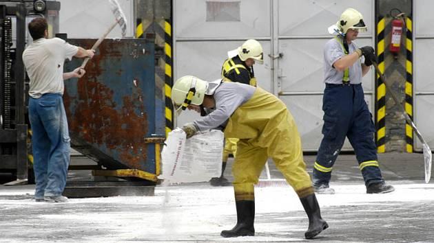 Hasiči likvidovyli únik kyseliny sírové v poděbradských sklárnách