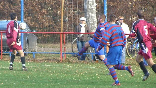 Z okresního derby I.B třídy Loučeň - Slovan Lysá (2:0)