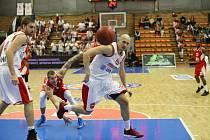 Z basketbalového utkání VTB ligy Nymburk - Volgograd (71:74)