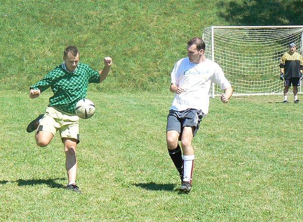 V základní skupině si proti sobě zahrály týmy Kadence a Eliška (ve světlém). Ani jeden z této dvojice se mezi nejlepší celky neprobojoval.
