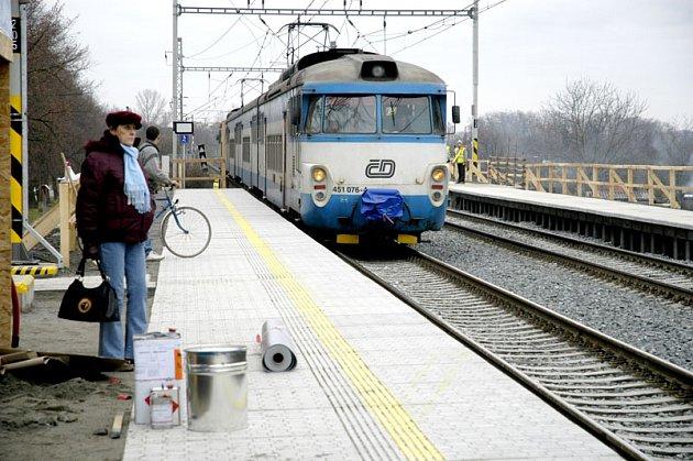 Železniční zastávka Jiřina, která v Čelákovicích funguje zhruba půl roku, se dnes dočká slavnostního otevření.