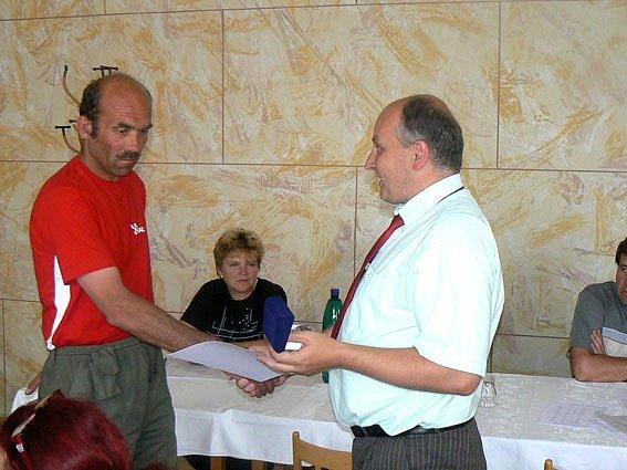 Děkovný list a náramkové hodinky. To si za svůj statečný čin vysloužil třiačtyřicetiletý traktorista Petr Černý (na snímku vlevo) z Městce Králové.