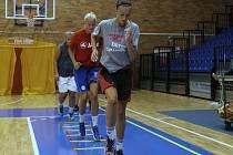 KATEŘINA KULÍŠKOVÁ (vpředu) se už zapojila do přípravy  nymburského basketbalového A – týmu žen