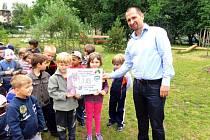 Šek převzal přímo od dětí ředitel společnosti Česká krajina Dalibor Dostál