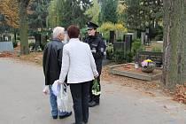 Mimořádná obezřetnost je namístě – a to nejen přímo na místě. Tak lze shrnout upozornění policie před víkendem, který se spousta motoristů chystá využít k předdušičkovým návštěvám na hřbitovech.