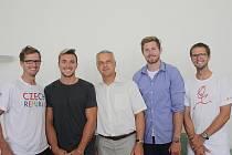 Nymburské olympioniky (zleva Ondřej Vetešník, Martin Fuksa, starosta Tomáš Mach, Jakub Špicar a Jan Vetešník) přivítal starosta Tomáš Mach.