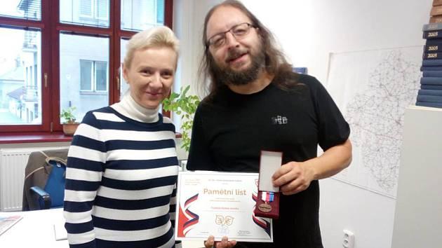 Starostka Okresního sdružení hasičů Nymburk Blanka Buryanová a redaktor Nymburského deníku Lukáš Trejbal.