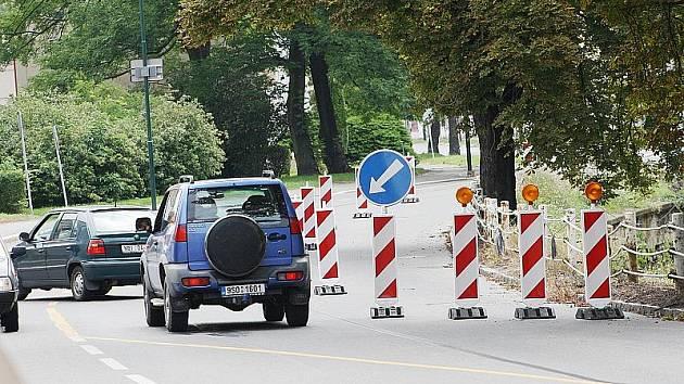 Opěrná zeď Velkých Valů v Nymburce se nebezpečně sesouvá. Doprava je v těchto místech odkloněna do vedlejšího jízdního pruhu.