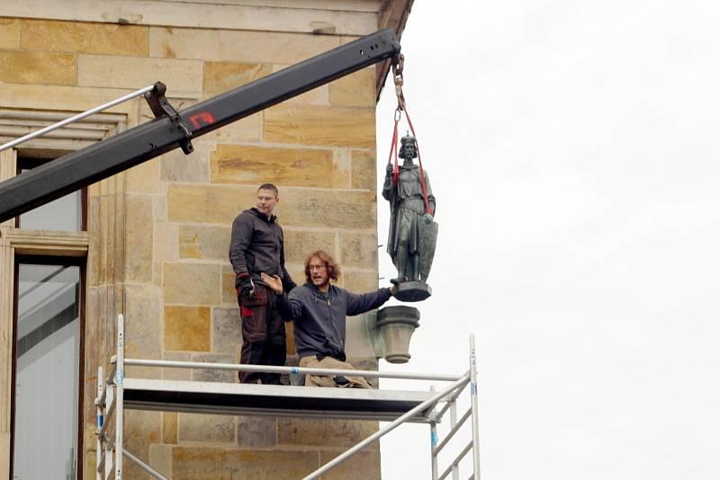 Na své původní místo byla bronzová socha svatého Václava za pomoci jeřábu vrácena ve středu před polednem.