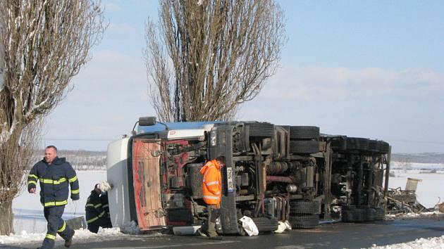 U Městce Králové se v úterý po obědě převrátil kamion