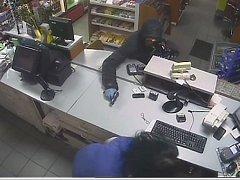 Ve tři čtvrtě na čtyři ráno vnikl do prostoru čerpačky muž s krátkou střelnou zbraní v ruce a požadoval peníze.