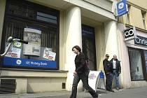 Banka v Nymburce, kterou chtěl lupič přepadnout.