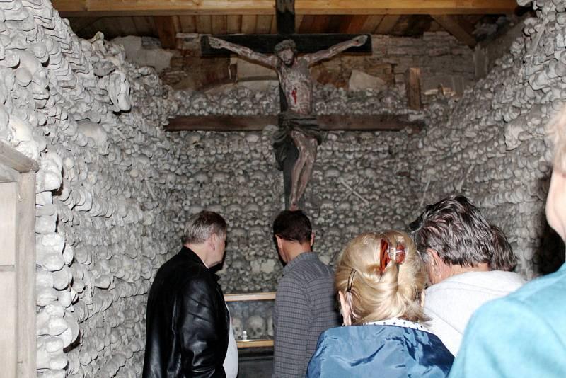Slavnostní otevření unikátní kostnice v Žehuni.