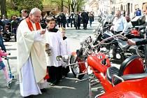 Sraz motorkářů v Městci, motomše, požehnání strojům a odjezd na spanilou jízdu