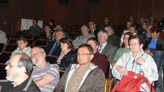 Veřejného projednání územního plánu v Lysé se zúčastnilo několik desítek lidí.