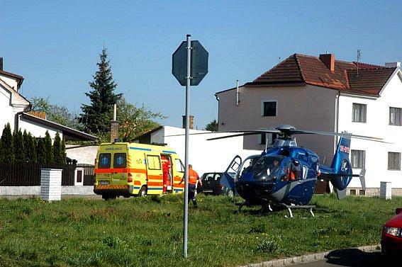 Vrtulník odvezl popáleného do nemocnice.