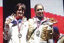 Dvě české zlaté olympioničky ze Soči. Martina Sáblíková (vlevo) a Eva Samková.