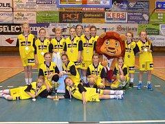 MAJÍ STŘÍBRO. Mladé basketbalistky Sadské v kategorii U11 skončily na mistrovství republiky v Jičíně na druhém místě. Ve finále prohrály s Hradcem Králové