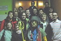 Herec Pavel Dovičín alias Chlastomas v popředí v kostýmu.