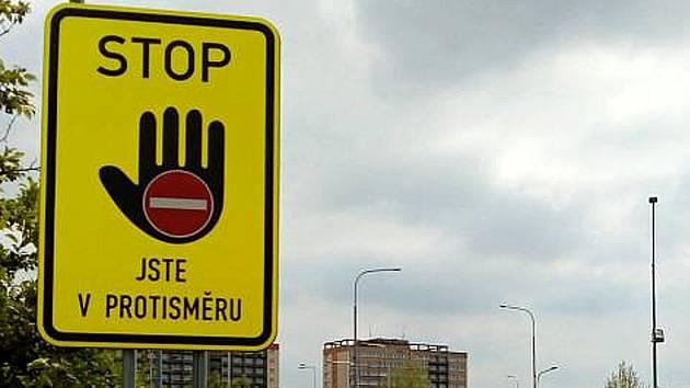 Takto vypadá nová značka, která varuje řidiče i u nájezdu na dálnici u Poděbrad.