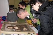 Nadace Duha z Trutnova přivezla na lyské Výstaviště unikátní originální obraz Mony Lisy z desítek tisíc mušliček.