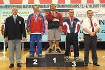 Na stupních vítězů se v kategorii do 67,5 kg sešli druhý Karel Ruso, první Darren Matsumoto (USA) a třetí Jan Roytvand (NOR). Úplně vlevo je předseda českého svazu silového trojboje Miroslav Vacek. Na opačné straně fotografie je delegát IPF Gaston Parage.