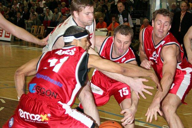 Čtyřicetibodovým rozdílem vyhráli košíkáři Nymburka na své palubovce na celkem pardubické Synthesie.