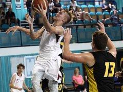 POSTUP. Basketbalová rezerva Nymburka (v bílém) v kategorii U19 vybojovala postup do ligy
