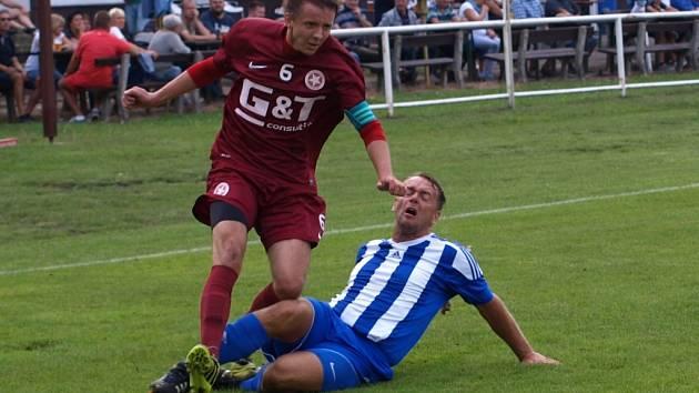 Poradí si. Fotbalista Bohemie Poděbrady Tomáš Kubánek (v rudém) využije nucenou pauzu ke studiu