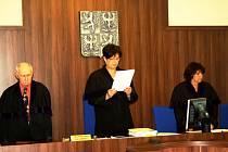 Soudkyně Eva Holasová při čtení rozsudku