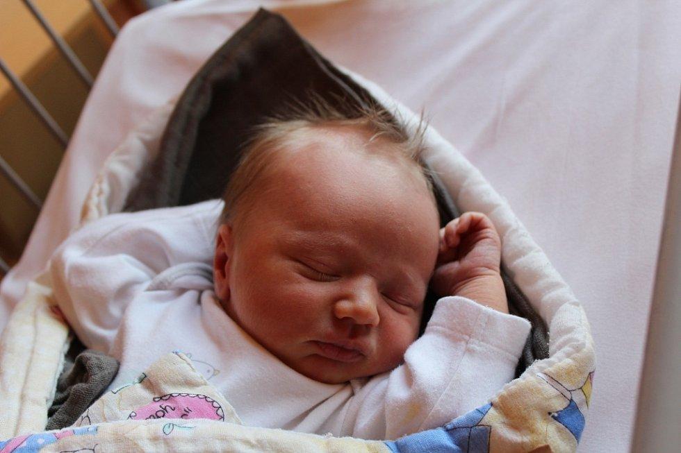 PŘEKVÁPKO FILÍPEK. FILIP SPORIŠ je klouček narozený 14. března 2017 v 3.48 hodin. Bráška pětiletého Matyáška vážil 3 450 g a měřil 50 cm.  Rodiče Nikol a Michal z Poděbrad počítali s Amálkou, a tak jméno pro synka pomohly vybrat sestřičky až na sále.