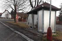 Nabouraná autobusová zastávka v Tokajické ulici v Lidicích.