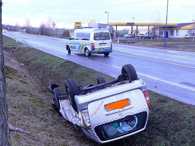 Opel skončil u Kolají na střeše