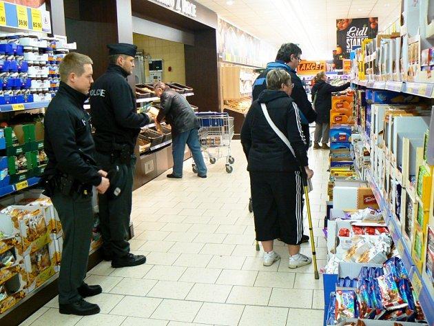 Policisté jsou vidět v obchodech i na parkovištích přede nimi