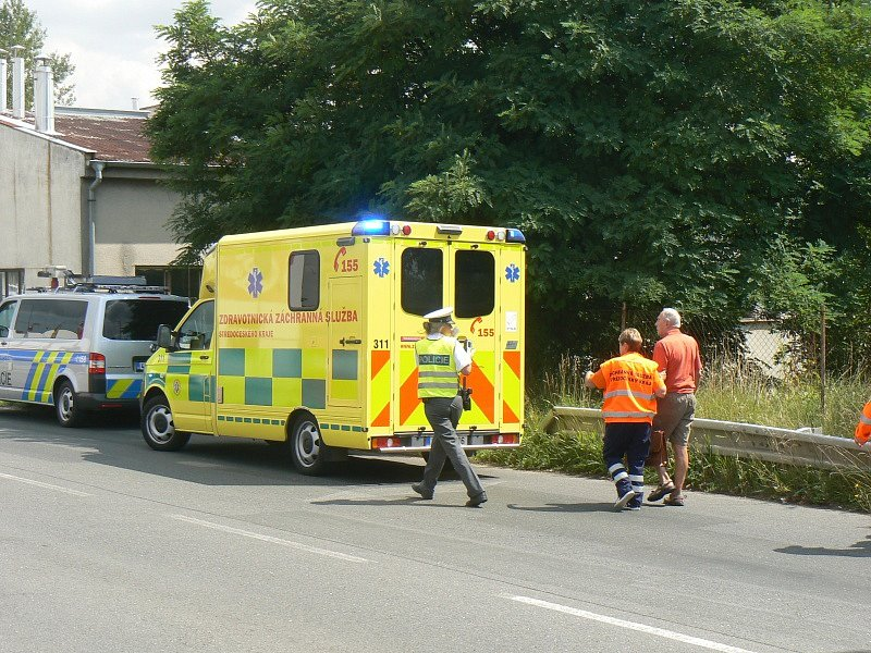 Do sanitky narazil osobní vůz, když spěchala na výjezd