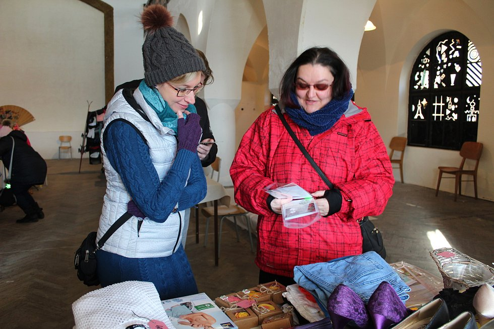 Sál nymburské Cejpovny zaplnili v sobotu dopoledne prodávající i nakupující.