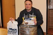 VÍTĚZ DALIBOR JAVŮREK ze Všechlap si odnesl z vyhlášení nejlepších tipérů soutěže Tipliga sud piva od nymburského pivovaru a vstupenku na Fotbalgolf