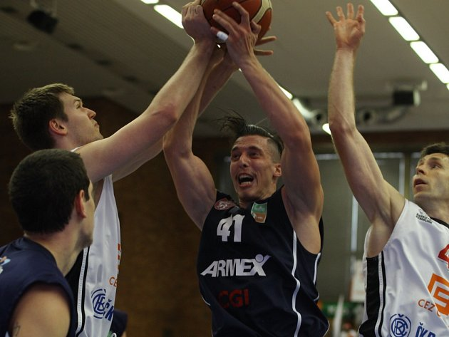Z prvního finálového utkání basketbalové NBL Nymburk - Děčín (109:46)