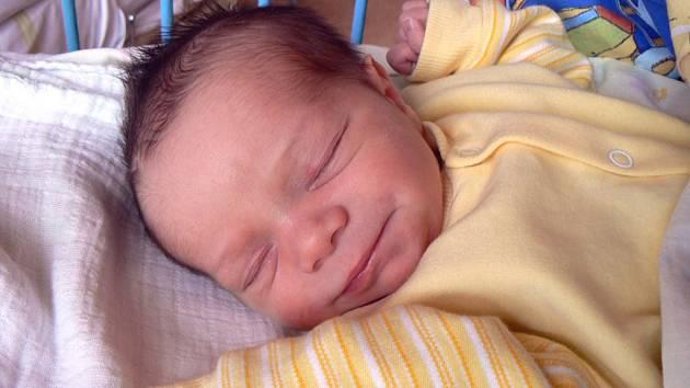 V MILOVICÍCH KLUKA ČEKALI. Předem prozrazený syn Tadeáš Frank se rodičům Tereze a Viktorovi narodil         ve středu 3. června v 18.17 hodin, měřil 50 cm a vážil 3520 g. Čeká na něj také bráška Kuba.