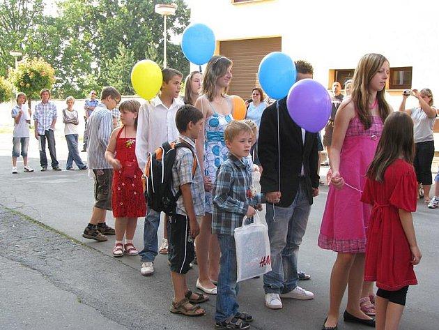 Naposledy vyšli deváťáci ze školy v Sadské a se slzami v očích se s ní rozloučili.