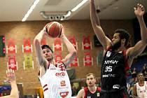 PARÁDNÍ TEST. Basketbalisté Nymburka (v bílém) si vyzkoušeli svoji formu v ligovém zápase s týmem Svitav (100:83) a nyní už se těší na utkání Ligu mistrů s Bandirmou