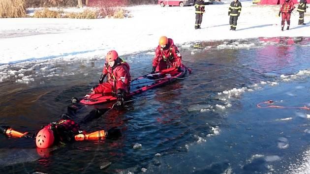 Cvičení hasičů na jezeře v Ostré