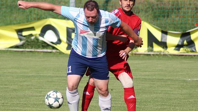 Kanonýr Jiří Koula (v modrobílém) strávil svá nejlepší fotbalová léta doma v Poříčanech