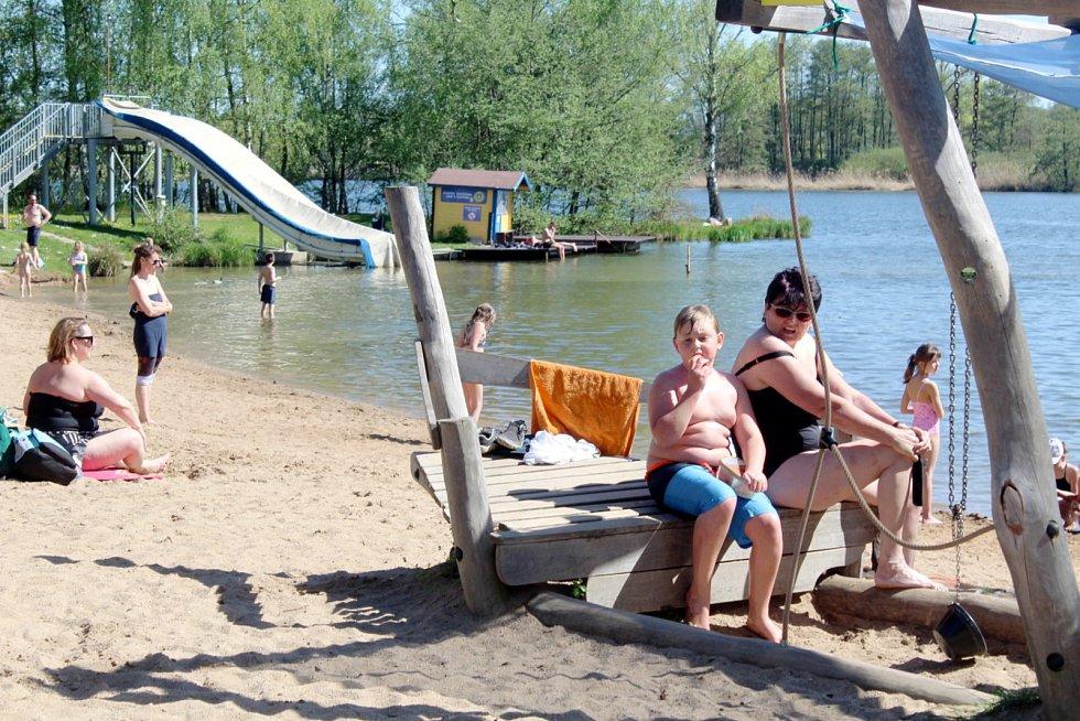 Poděbradské Jezero se letos poprvé alespoň částečně zaplnilo návštěvníky.