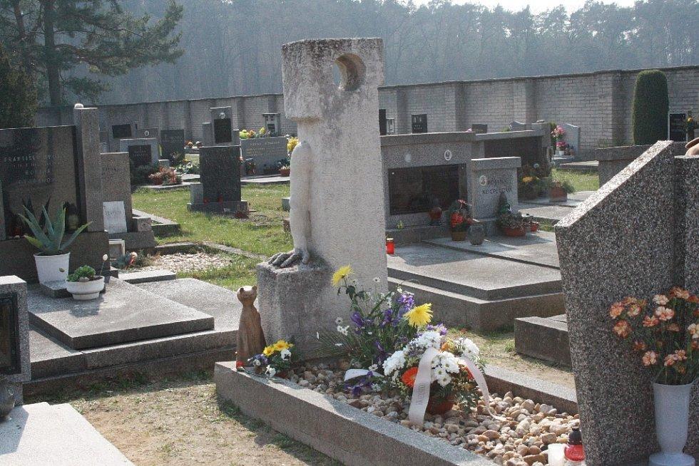 Příznivci Bohumila Hrabala se nejprve v sobotu sešli u jeho hrobu v Hradištku.